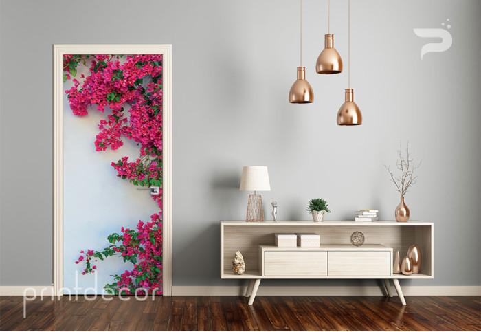 Бяла стена с цветя